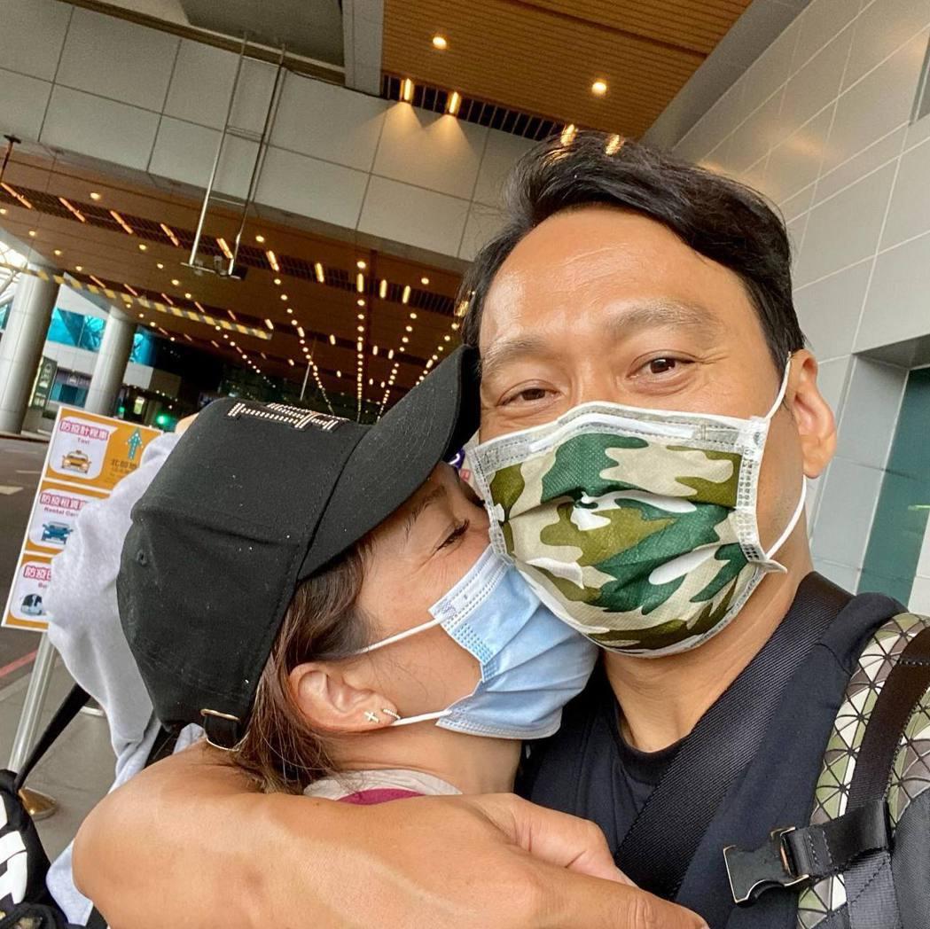 艾力克斯(右)和老婆李詠嫻分開檢疫15天。圖/摘自臉書