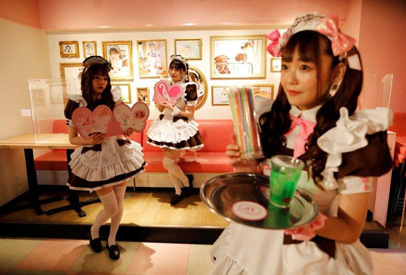 日本新冠疫情續燒,政府至今仍沒有解除國際觀光客的入境禁令,加上國內旅遊的人數也跟著減少,秋葉原店家也紛紛被高租金壓垮。圖為當地聞名的女僕咖啡廳,攝於6月8日。路透