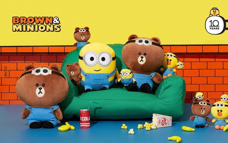 LINE FRIENDS推出「Minions x BROWN & FRINEDS」小小兵系列聯名限量商品,熊大、莎莉穿上穿上藍色吊帶褲、戴上圓圓的大眼鏡,與小小兵高人氣角色凱文、蘿蔔、史都華一起搞笑慶祝BROWN & FRIENDS 10周年。圖/LINE FRIENDS提供