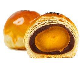 經反覆測試,找出紅豆內餡與鹹蛋黃的黃金比例。圖/吳寶春麵包店提供