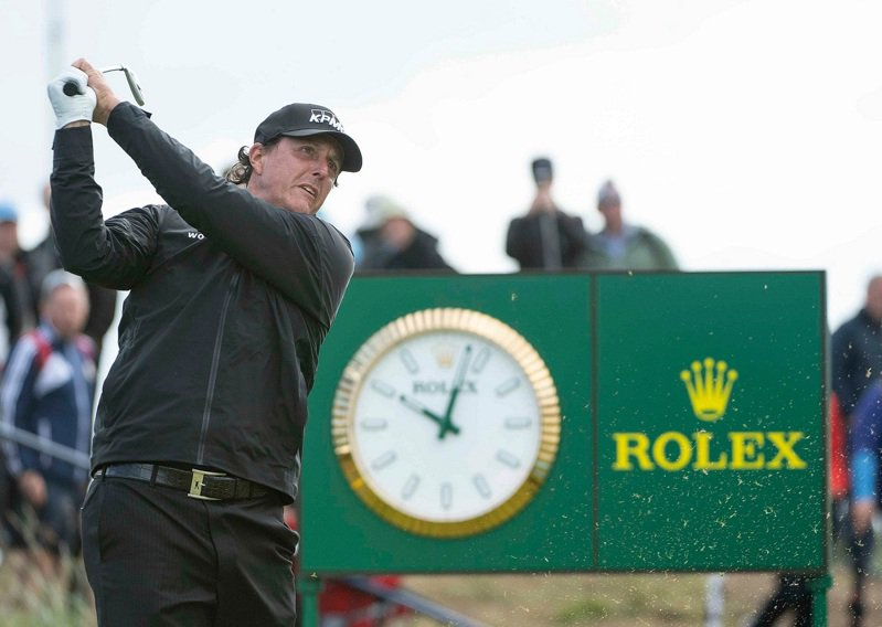 Phil Mickelson在第148屆英國公開賽中擊球的照片,他不僅是勞力士品牌代言人,更是世界高爾夫名人堂成員,並曾於2013年在Muirfield球場取得個人大賽的第五勝。圖 / 勞力士提供。