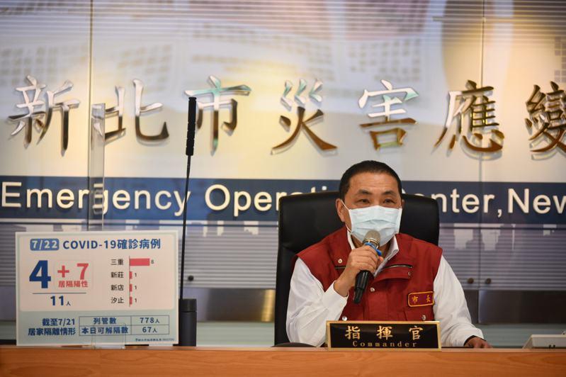 台北市長柯文哲打算舉債自購第三劑疫苗,傳出有民眾黨前中央委員來找侯友宜洽談,新北市長侯友宜對此表示「沒有這回事」。圖/新北市新聞局提供