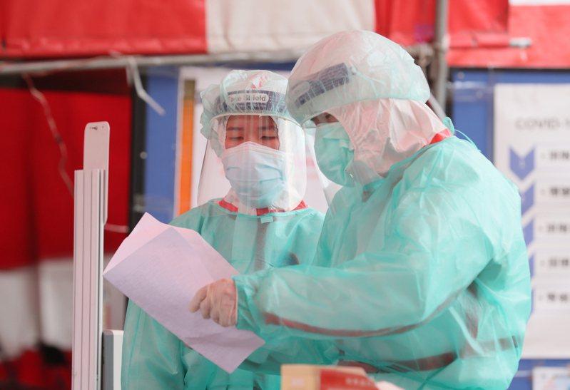 中央流行疫情指揮中心初步規劃,擬開放已接種第1劑AZ疫苗的第1到3類對象,間隔8週後以莫德納疫苗為第2劑,其餘對象則暫定間隔10到12週後才能混打第2劑,實施日期仍未定。圖為示意圖,人物與新聞無關。圖/聯合報系資料照片