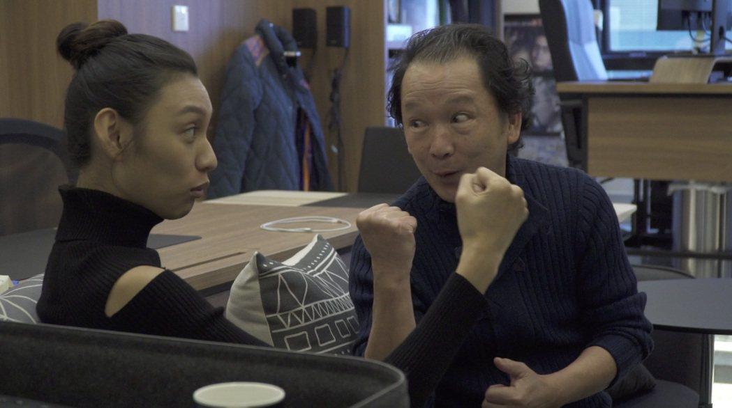 王丹妮(左)跟香港金像獎得主廖啟智(右)學習演技。圖/索尼提供