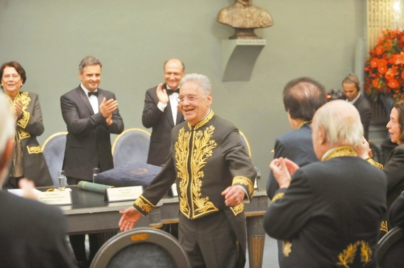 2013年,前總統費爾南多·恩里克·卡多佐當選巴西文學院院士,在就職典禮上穿上院士禮服。圖/取自維基