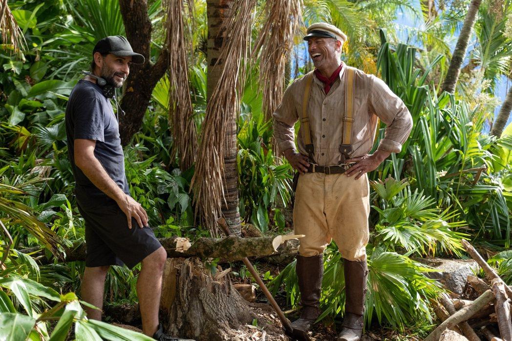 巨石強森(右)新片「叢林奇航」與動作片名導豪梅寇勒特瑟拉合作。圖/迪士尼提供