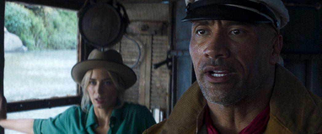 巨石強森(右)最近與艾蜜莉布朗特宣傳新片「叢林奇航」。圖/迪士尼提供