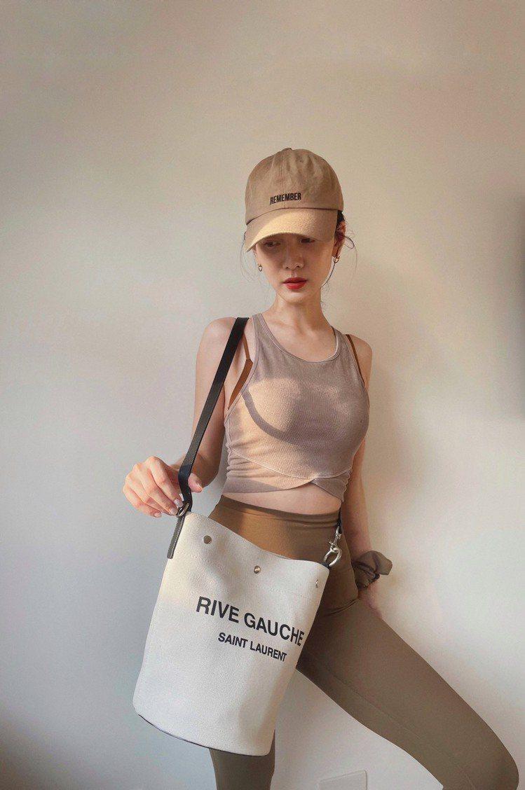 曾之喬背Rive Gauche帆布水桶包。圖/Saint Laurent提供