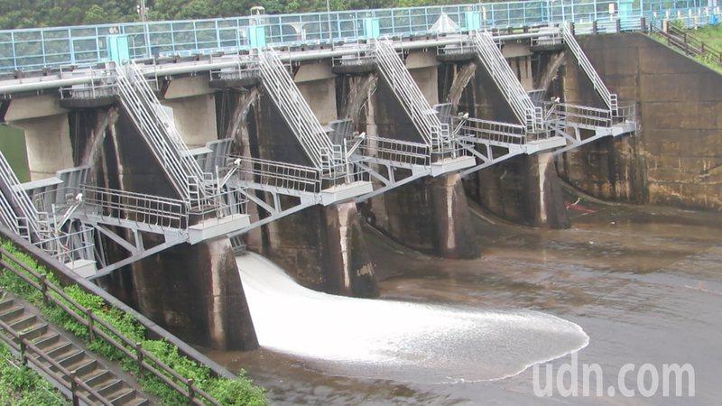 苗栗縣明德水庫水位逼近滿水位,今天下午5點半起調節性洩洪。記者范榮達/攝影