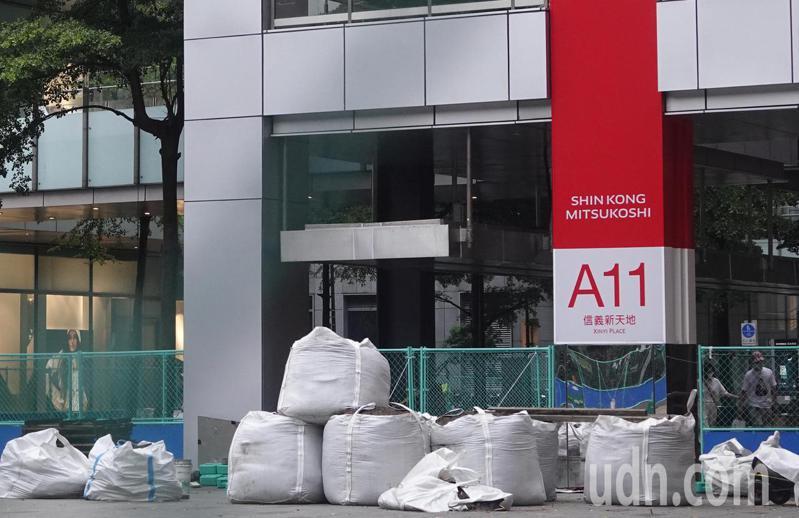 烟花颱風原地滯留路徑提早北轉,今天受到颱風外圍環流影響,北部和東北部陸續有陣雨,台北百貨公司、商家也趕忙在颱風來襲前,再次檢查防颱的各項準備。記者曾學仁/攝影