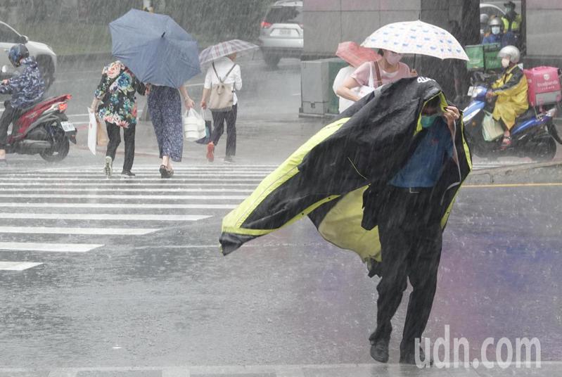 烟花颱風移動緩慢,中央氣象局說,將視暴風圈是否觸碰陸地,以及移動角度決定是否發布陸上颱風警報。記者曾學仁/攝影