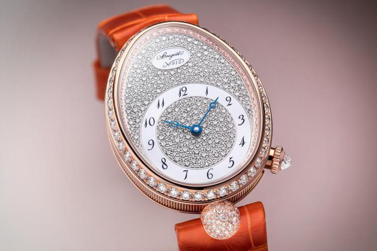 橢圓形的玫瑰金表殼,加上大量鑽石鑲嵌與寶璣頂級機芯,是珠寶表、更是一件婀娜的手上...