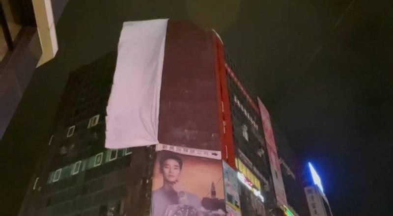 颱風近基隆吹強風,市區巨型帆布廣告亂飄險象環生。圖/議員鄭文婷提供