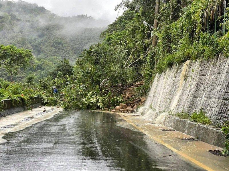 五峰鄉122縣道南清公路22日上午出現土石坍方,所幸經大型機具清運已順利搶通。圖/竹東警分局提供