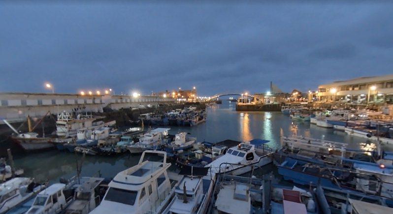 桃園永安漁港300多艘漁船均已駛入碼頭,並用繩索加強固定以抗颱豪雨強風。圖/擷取自Google街景