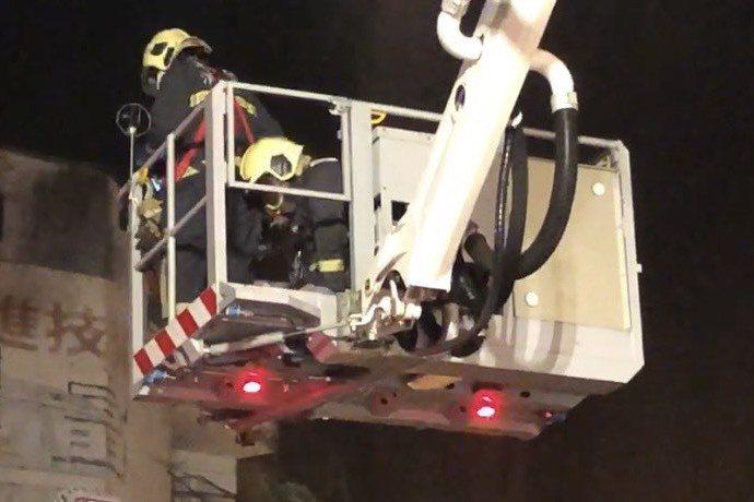 彰化喬友大樓大火,消防局動用雲梯車將受困者救下來,消防人員為受困者施做CPR急救。圖/聯合報系資料照片