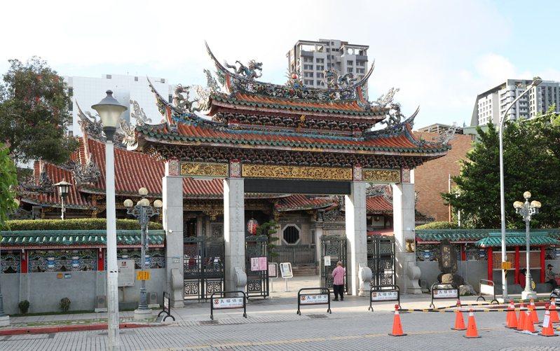 龍山寺天際線受附近許多高樓威脅。記者潘俊宏/攝影