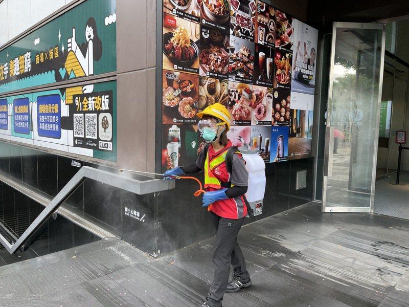 桃園確診男子曾到台中探親,清潔隊昨天在勤美誠品綠園道周邊清消。圖/台中市環保局提供