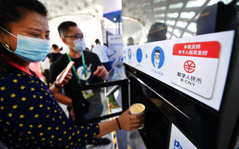 買咖啡 數位支付 日前在首屆中國國際消費品博覽會上,多家銀行推出數位人民幣體驗活動專區。圖為參會者在體驗數位人民幣咖啡機。(新華社)
