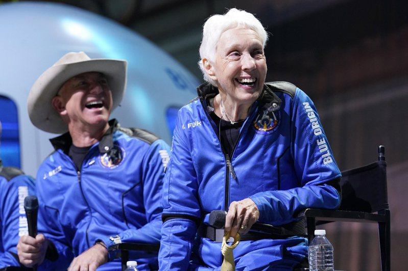 82歲女性飛行員先驅馮克(右)20日隨全球首富貝佐斯(左),搭乘藍源公司自動駕駛太空船新謝帕德號升空後,成功返回地面,成為前進太空歷史上最年長者紀錄。美聯社