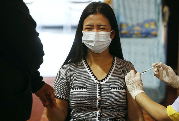 泰國曼谷一名上月21日在當地藍康恆大學接種阿斯特捷利康(AZ)疫苗,圖非報導當事...