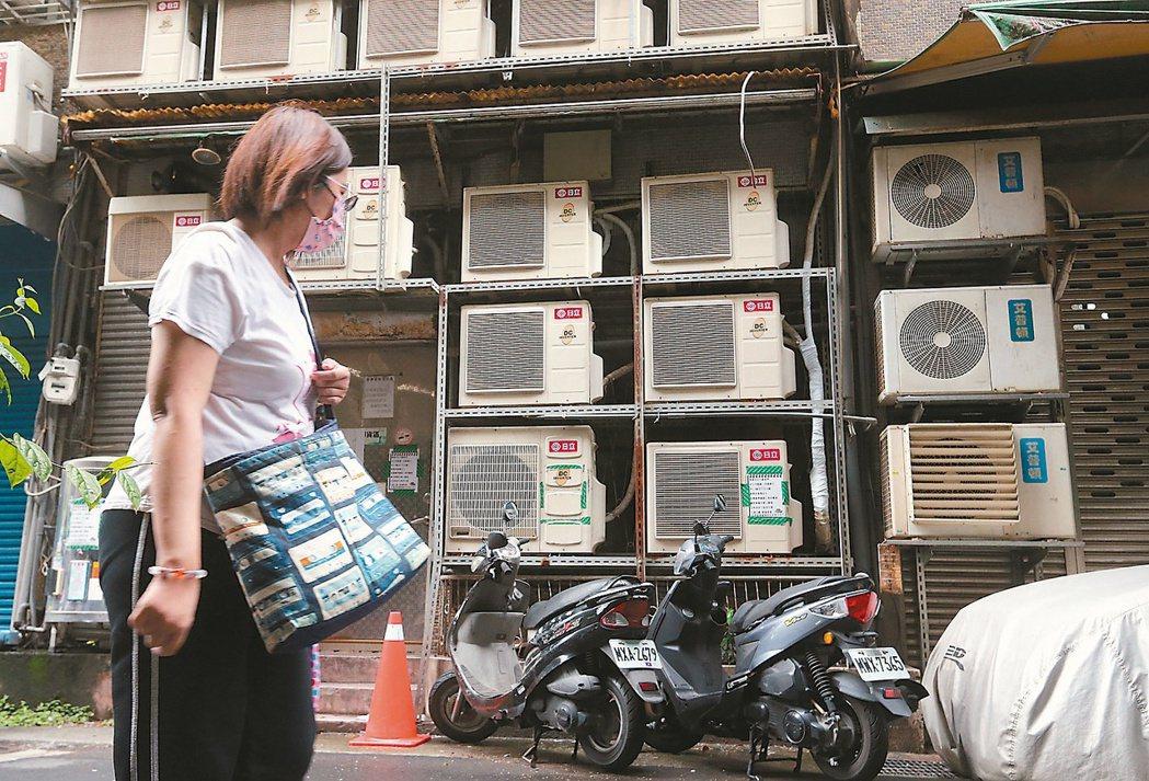 政院拍板夏月電價方案,對於住宅用戶用電量1,000度以內,以及社福機構等,7月免...