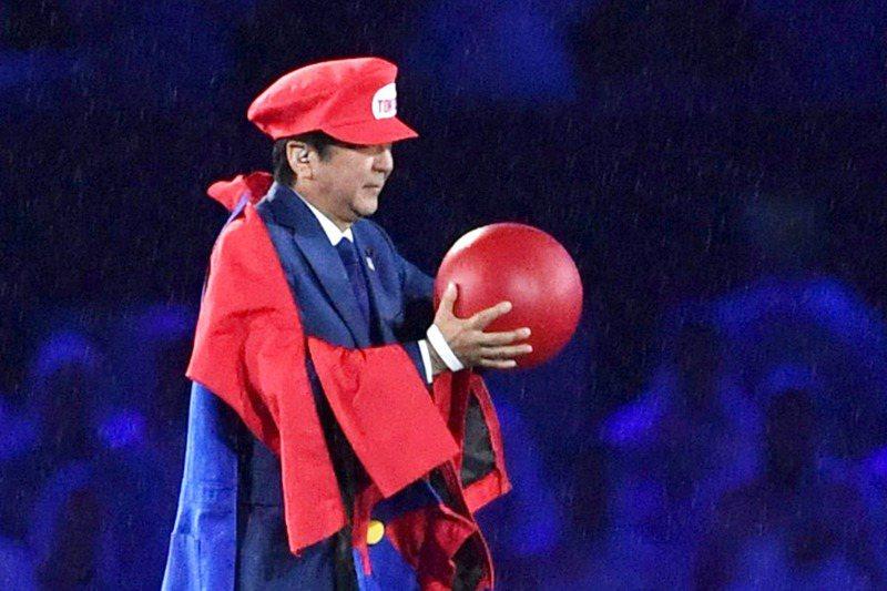 2016年8月21日,日本前首相安倍晉三在里約奧運閉幕式上扮成瑪利歐登場介紹東京奧運。美聯社