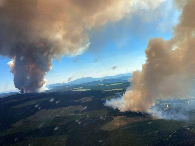六月卅日空拍圖顯示,熱浪來襲,加拿大卑詩省兩處野火濃煙直衝天際。(法新社)