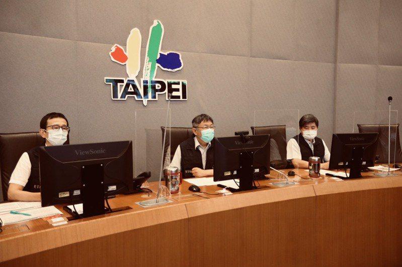 台北市長柯文哲今晚到北市災害應變中心,聽取災害防救辦公室的簡報和最新颱風研判。圖/北市府提供