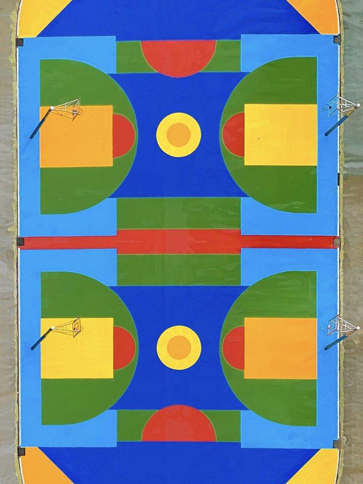 趙培均在近20層樓高的工地現場工作時,發現鄰地國小裡的運動場正好完工,五顏六色的...