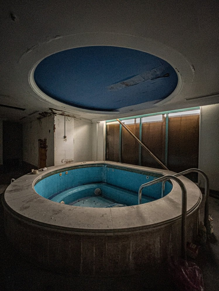 趙培均的靜物獲獎作品,一座已經荒廢多年的會館,透過光影彷彿還能感受到過往人聲鼎沸...