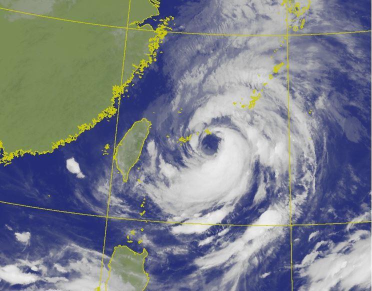 今晨衛星雲圖顯示,烟花颱風眼直徑約110公里,為大眼颱。圖/取自中央氣象局網站