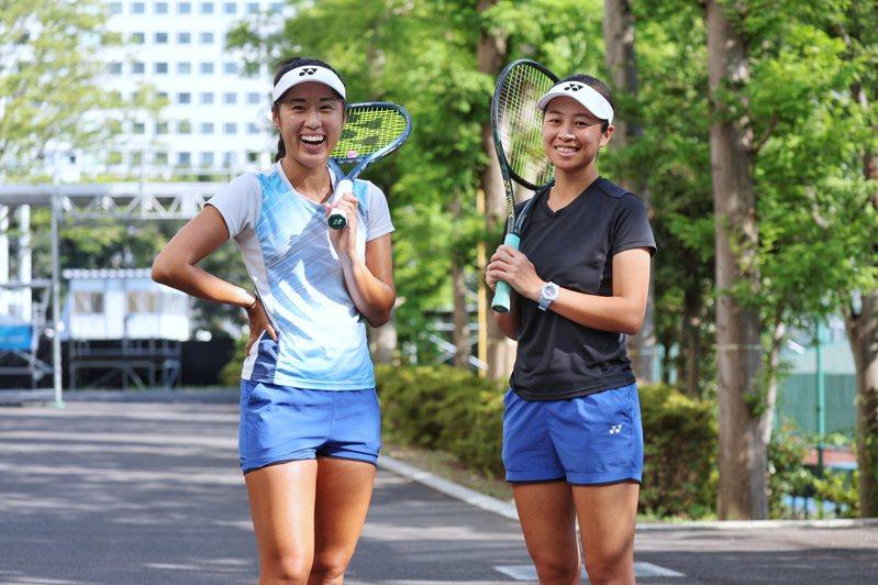 我國女子網球好手謝語倢(右)與許絜瑜(左)女雙組合在最後一刻遞補踏上奧運賽場,昨天在室外練習場持續備戰。 特派記者余承翰/攝影