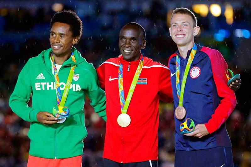 2016 里約奧運馬拉松金牌得主Eliud Kipchoge(中)仍是本屆奧運奪金大熱門。 歐新社資料照片