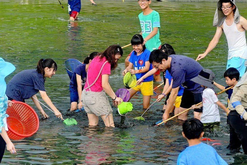 開心體驗抓魚蝦活動的遊客。 圖/好蝦冏男社 提供