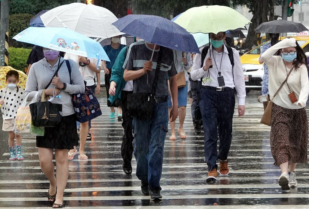 7月底因烟花颱風接近,輿論也開始議論要不要放颱風假,一些勞工進而疑惑:如果自己是在家上班,還可以有颱風假嗎?示意圖,攝7月22日。 圖/聯合報系資料照