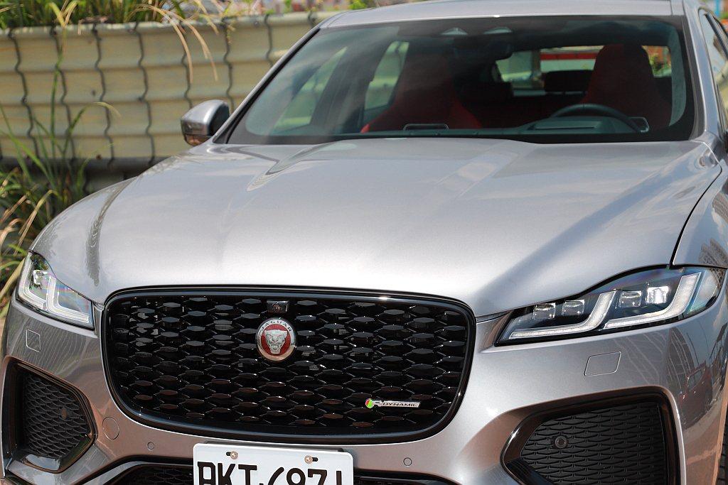 小改款Jaguar F-Pace的引擎蓋造型也略有調整,使其線條更為立體。 記者...