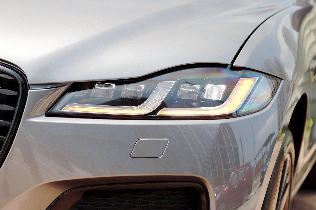 試駕車選配要價6.8萬元的高解析度LED頭燈,在夜間行車時能透過多顆LED發光體...