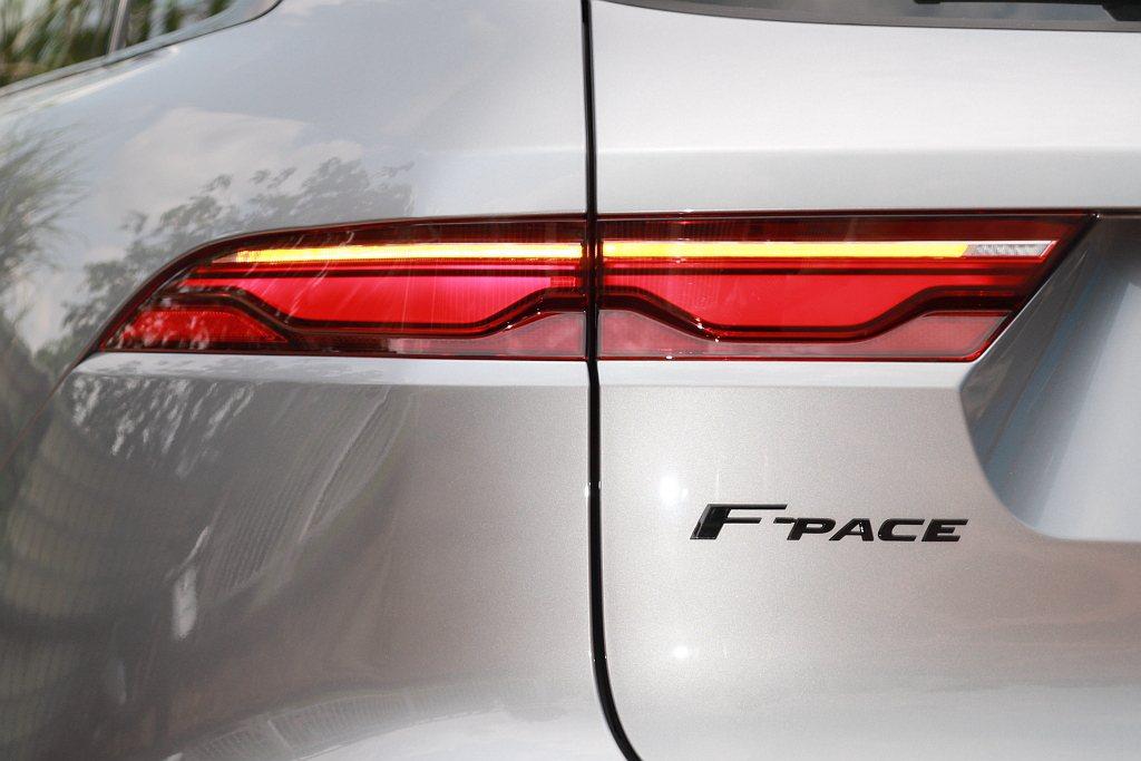 小改款Jaguar F-Pace換裝融入賽道減速彎圖騰的狹長尾燈,並保有過往下圓...