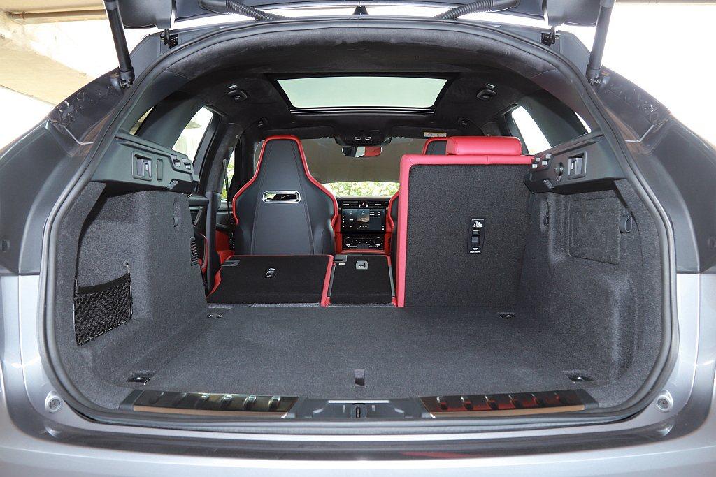 後排座椅採40:20:40分離電動傾斜設計;在滿座狀態下不僅就有613L置物容積...