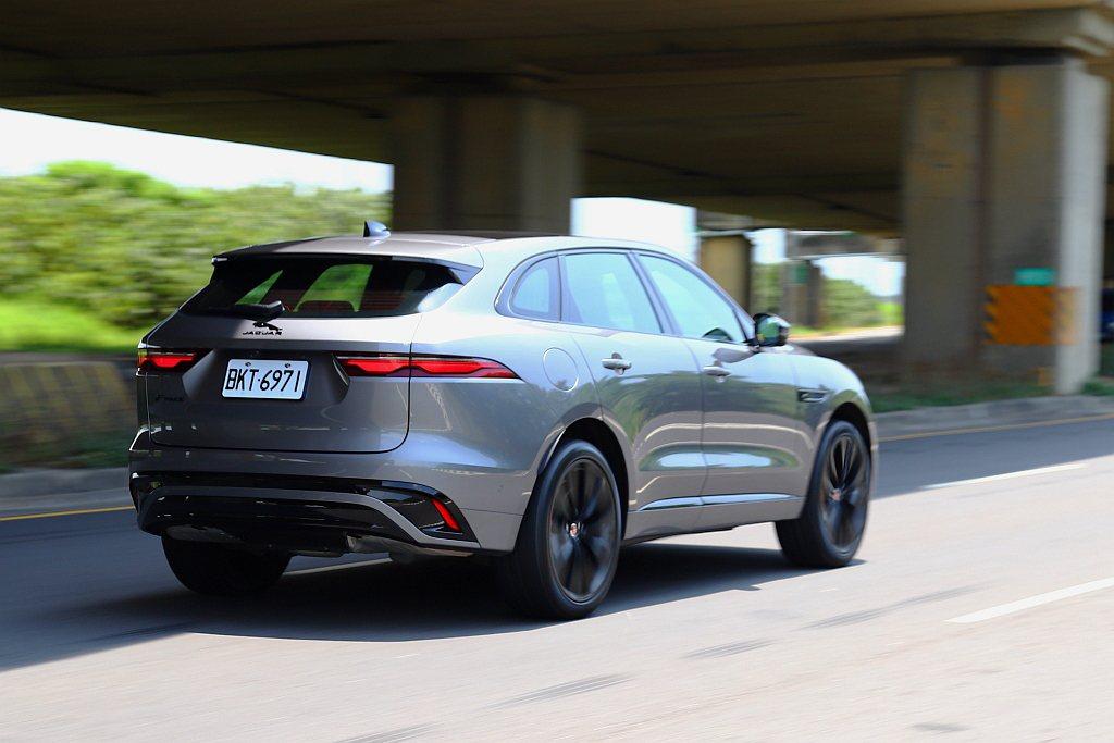 在輕量化鋁合金車身架構下,就算搭配小排氣量渦輪引擎,使Jaguar F-Pace...