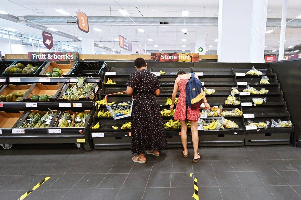 從7月上旬開始,英國各大超市零售業者,也紛紛以「上游供應斷糧」與「基層人力不足」...