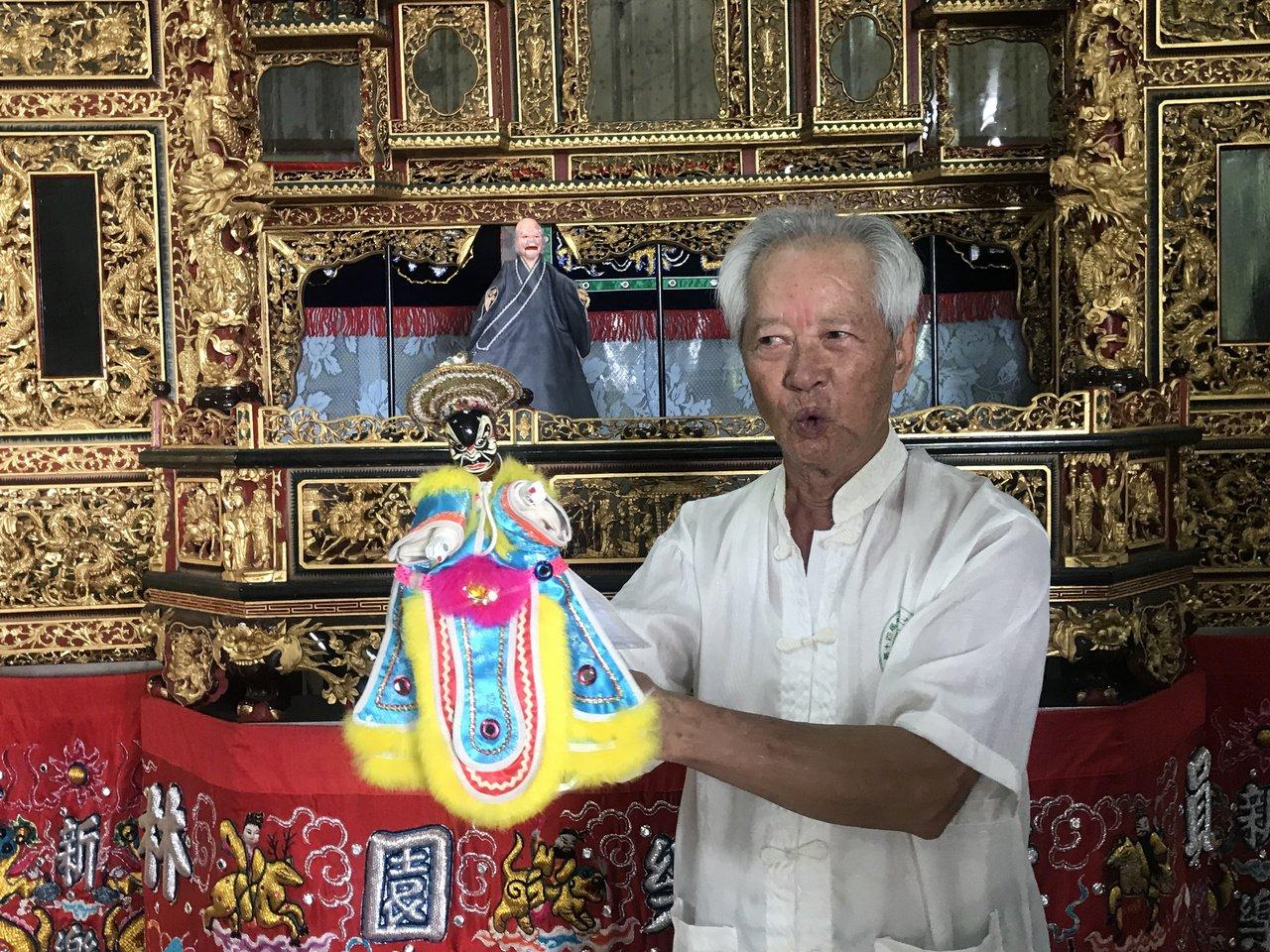 吳清發說,政府怕台灣傳統藝術失傳,所以他深入校園傳授布袋戲。 圖/林宛諭 攝影