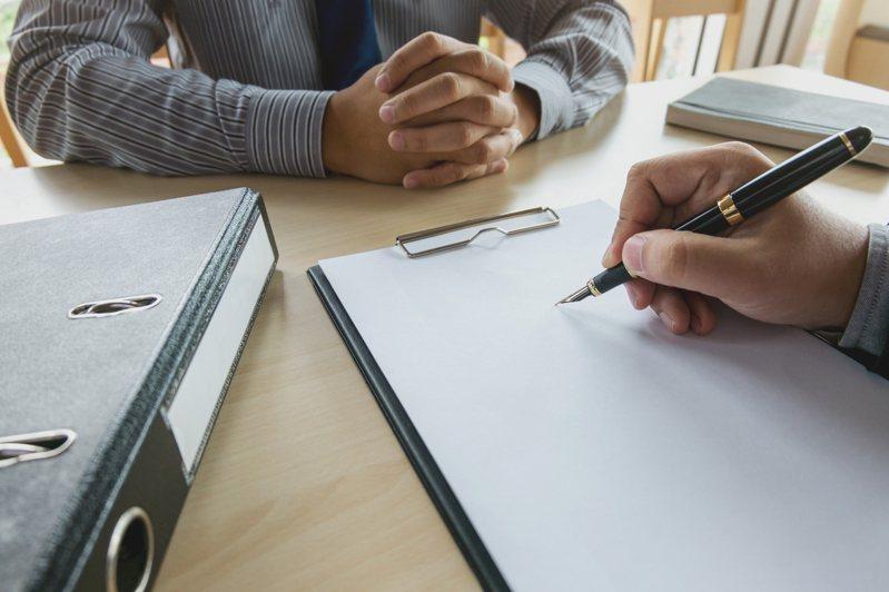 老闆面試員工時大多會以對方學經歷來作為錄取與否的依據。 圖/ingimage