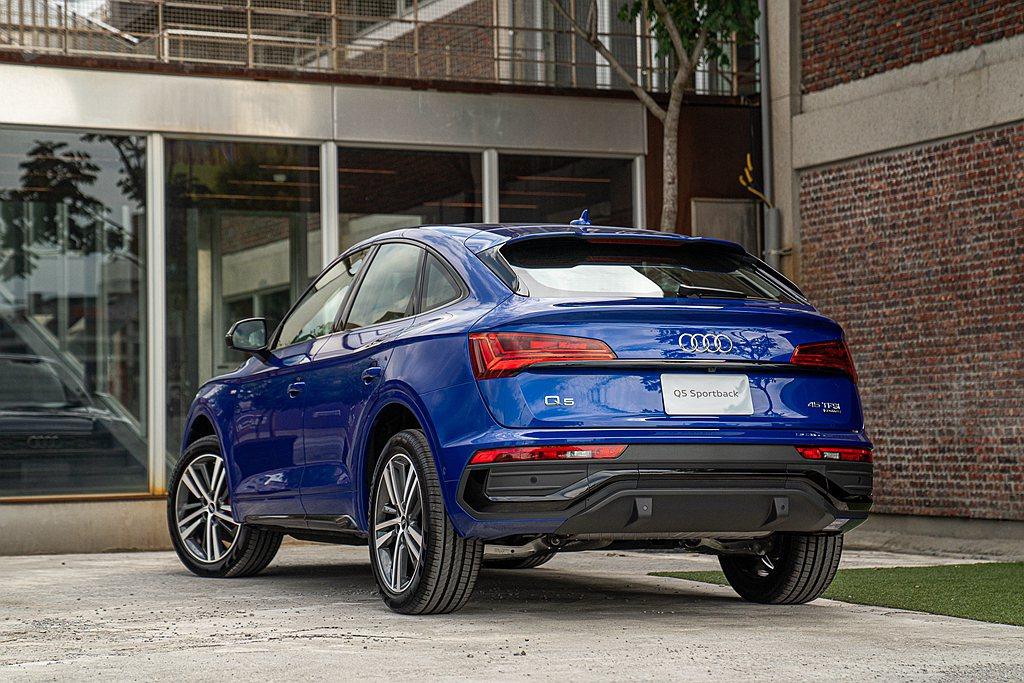 設計團隊賦予Audi Q5 Sportback新型設計風格,透過將車尾燈位置水平...