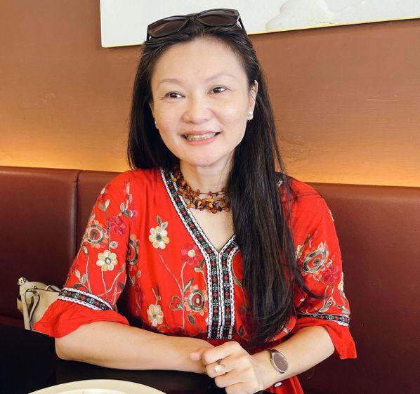 胡一鳳曾是飯店公關界女強人,退休後全力從事公益,更加忙碌精彩。 圖/王昭月 攝影