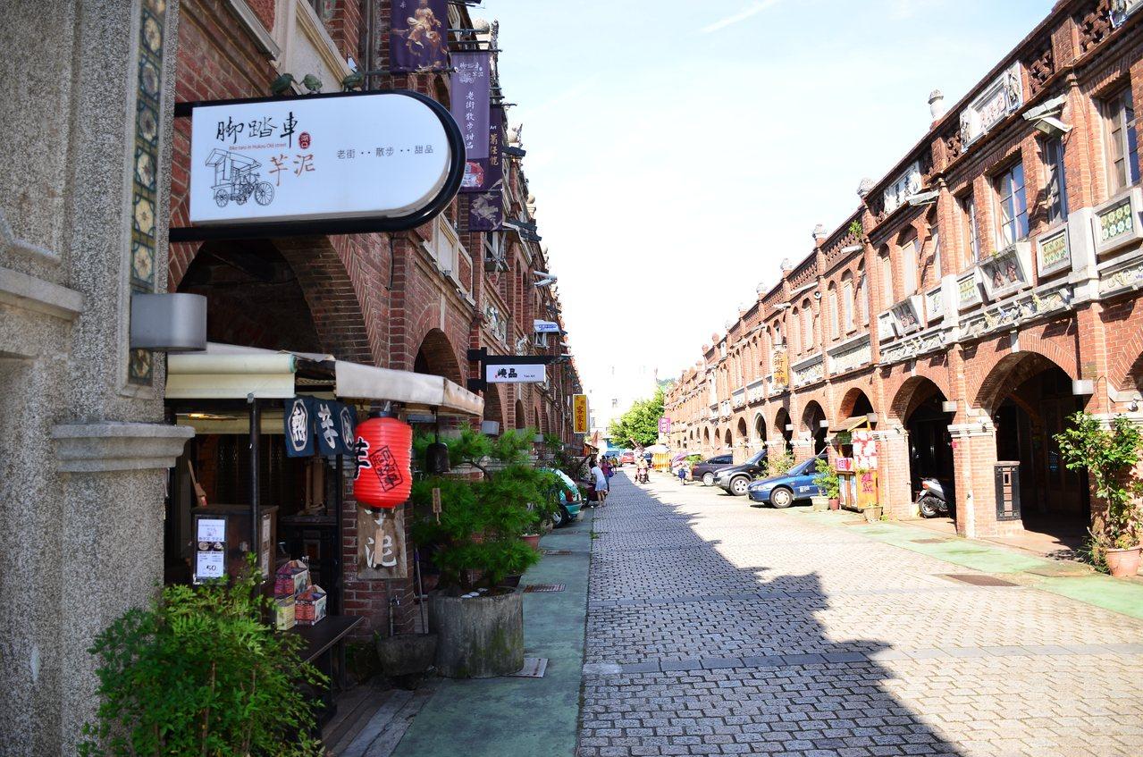 湖口老街從舊火車站原址上建造的天主堂到街底的三元宮,大約300公尺,兩旁房舍都以...