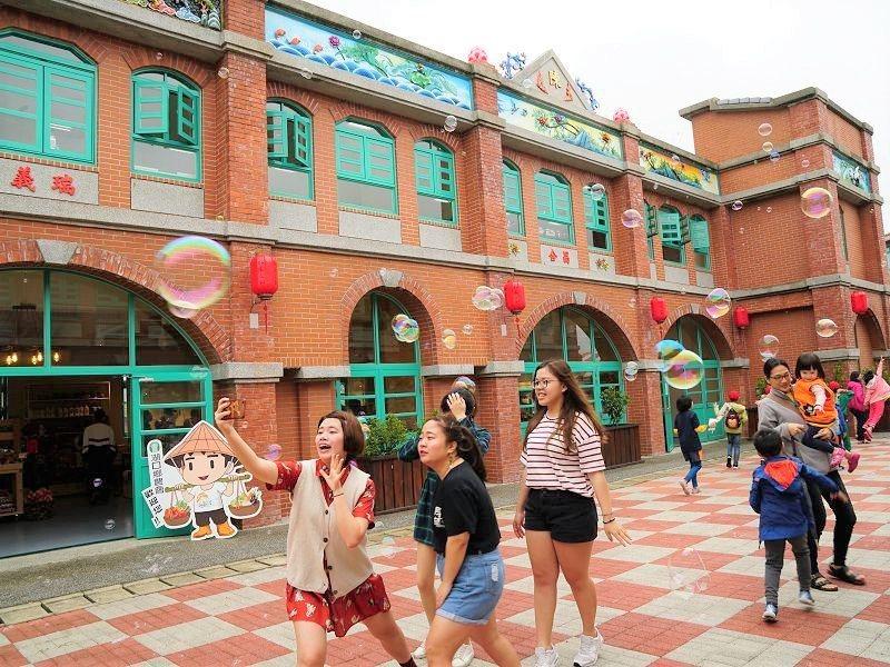 好客文創園區中,同樣可見紅磚堆砌而成的閩南式街屋,就像復刻版的湖口老街。 圖/新...
