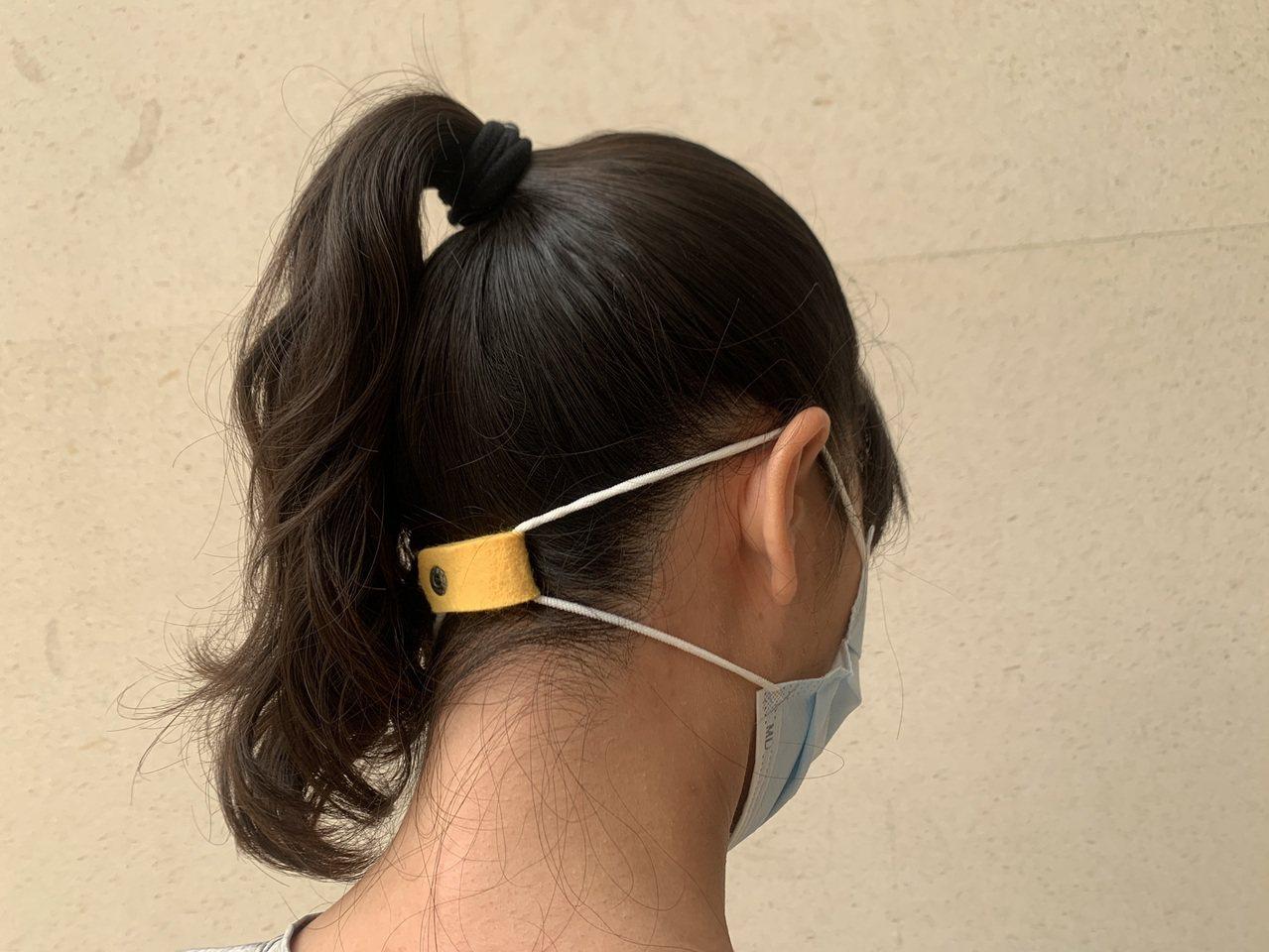 民眾自創口罩減壓方法,調整口罩耳帶角度,避免直接摩擦耳朵皮膚,導致紅腫、疼痛,甚...