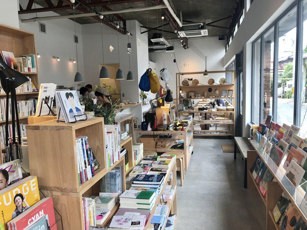從雜誌《Casa Brutus》發現、位於福岡的MINOU BOOKS&CAFE...